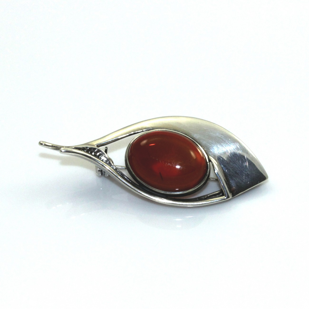 Brošňa striebra s prírodnými amber