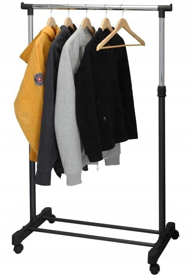 Вешалка, стоящая на колесах шкафов для одежды