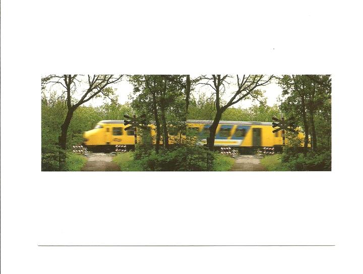 Pocztówka - Pociąg i leśny przejazd kolejowy ...