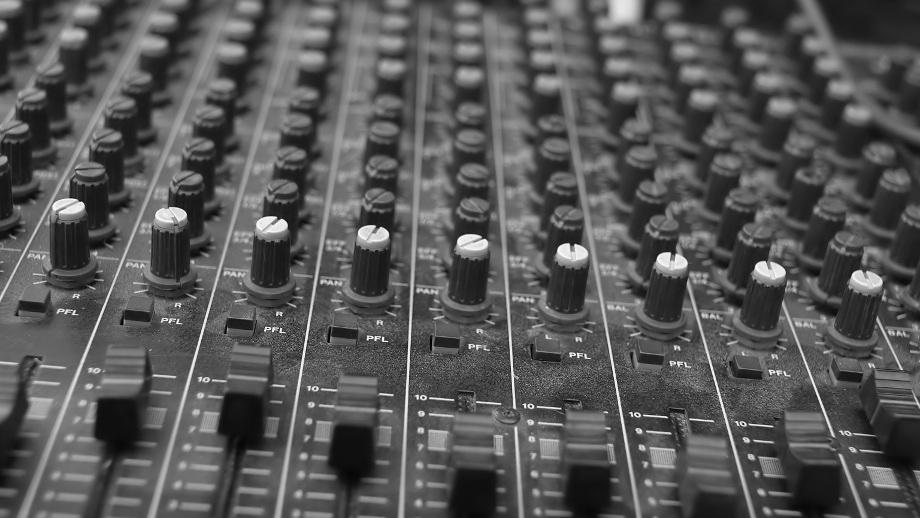 Jakie urządzenia są niezbędne w domowym studiu muzycznym?