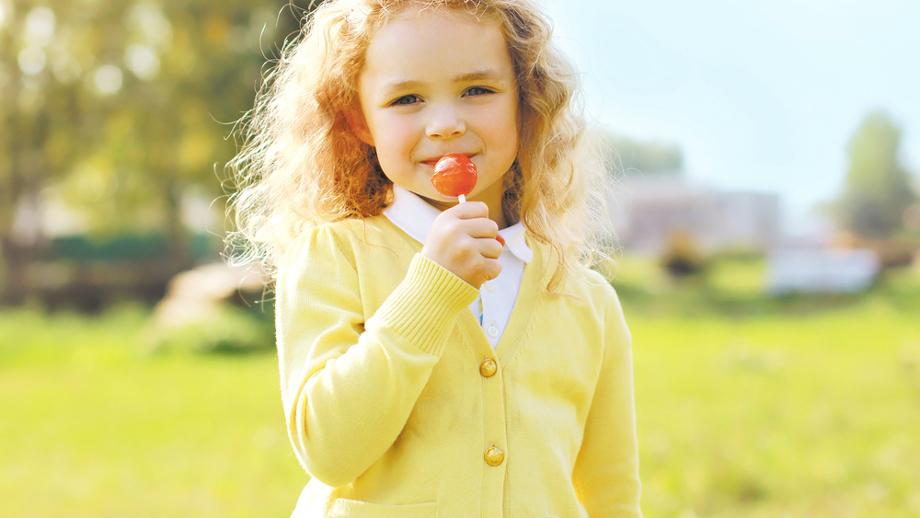 Wiosenny kardigan dla dziewczynki – przegląd propozycji