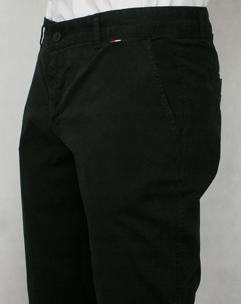 df8bf7f05341b Dbałość o detale wykończenia sprawiają, że spodnie doskonale mogą  komponować się zarówno z marynarką lub też mniej oficjalnym strojem.